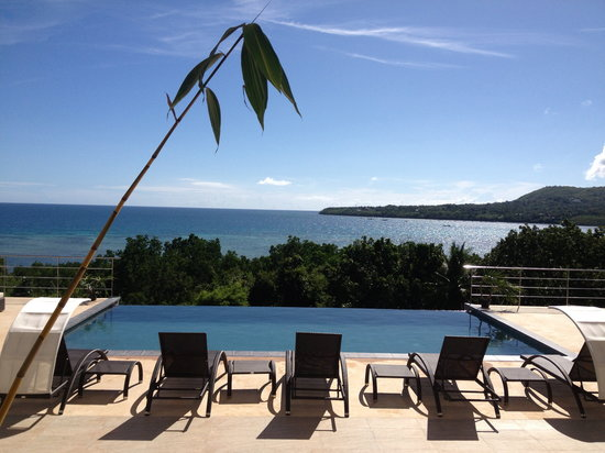 Ocean Suites Boutique Hotel Bohol: Infinity pool that blends seamlessly to the sea