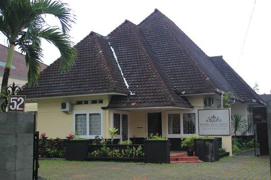 Wisma Jasa Tirta Ijen Heritage: Tampak depan wisma dengan harga Rp550ribu saat peak season