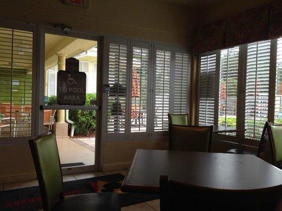 Comfort Suites Maingate East: Breakfast area