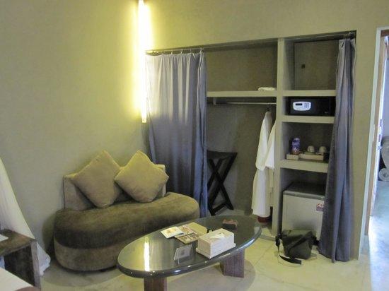 Blue Karma Hotel: Living area and wardrobe