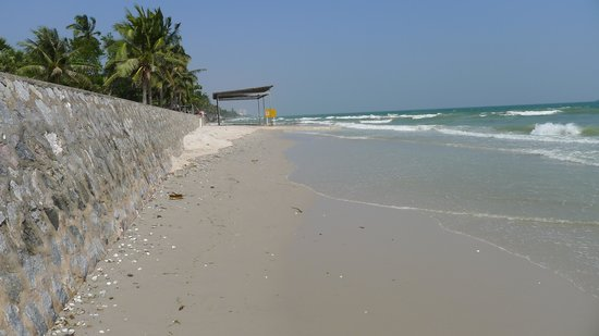 Baan Talay Chine: Home Beach, just a few steps away from the hotel