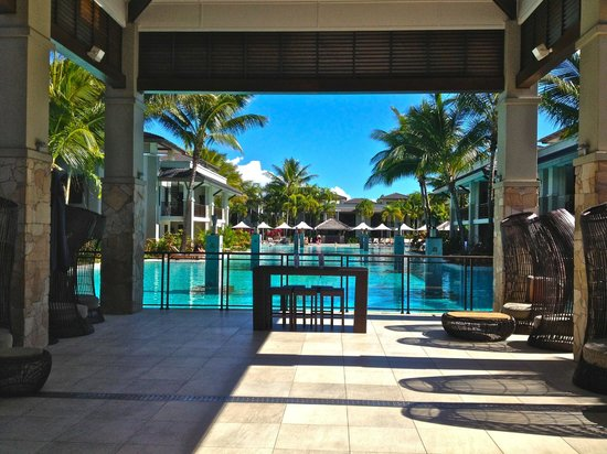 Pullman Port Douglas Sea Temple Resort & Spa : Looking from the Lobby Lounge & Front Desk