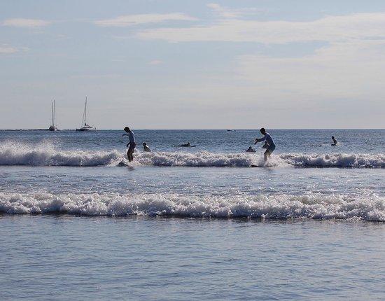 La Colina: warme zee waar je heel lang in kunt zwemmen of surfen, Handig om wel een shirt aan te hebben.