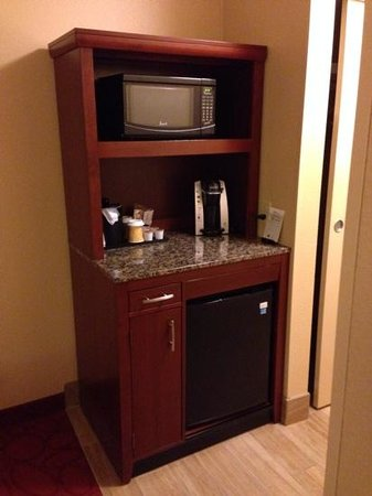 Hilton Garden Inn Ann Arbor : Keurig coffee machine and microwave in each room.