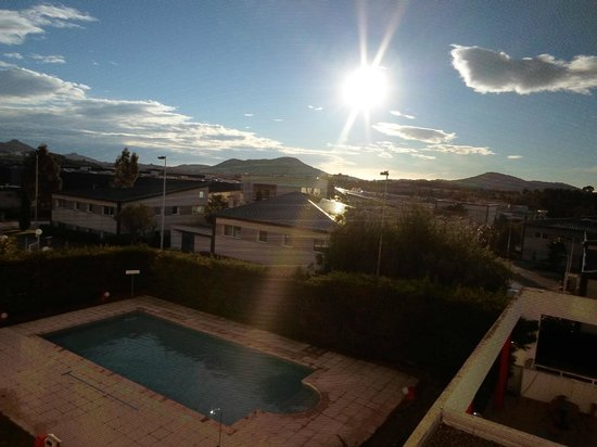 Ibis Toulon La Valette : La piscina
