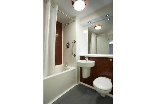 Travelodge Altrincham Central: Bathroom with bath