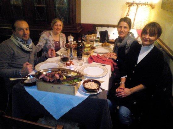 Osteria La Porta del Chianti: Serata con amici .... E la titolare al tavolo....