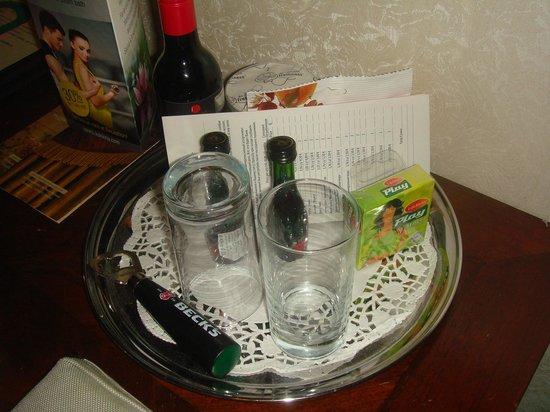 Hotel Garden Palace: Поднос с вином, орешками и презервативами
