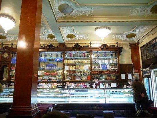 Pastelaria Versailles: ショーケースにずらっとならんだ菓子パン