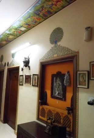 Sunder Palace Guest House: decorated passages