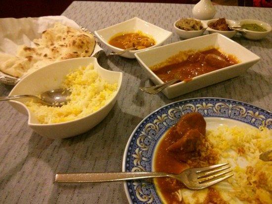 Taj: Comida correcta trato deja mucho que desear...