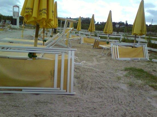 Bungalow Club Village: spiaggia attrezzata