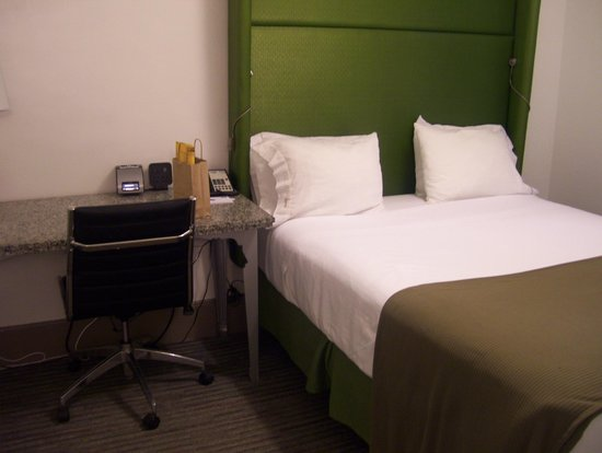 Holiday Inn Express Hotel Cass: bed