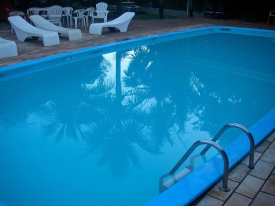 Hostel Paudimar Campestre: шикарный бассейн с лежаками