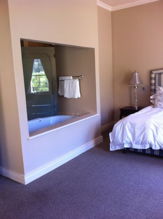 L'Ermitage Franschhoek Chateau & Villas: Bed and bath