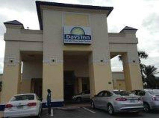 Days Inn Orlando Airport Florida Mall : Puerta principal del Hotel