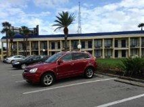 Days Inn Orlando Airport Florida Mall: Estacionamiento amplio y comodo