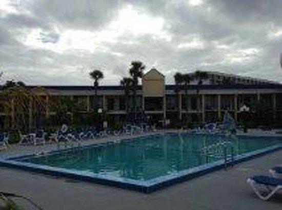 Days Inn Orlando Airport Florida Mall: Zona de piscina
