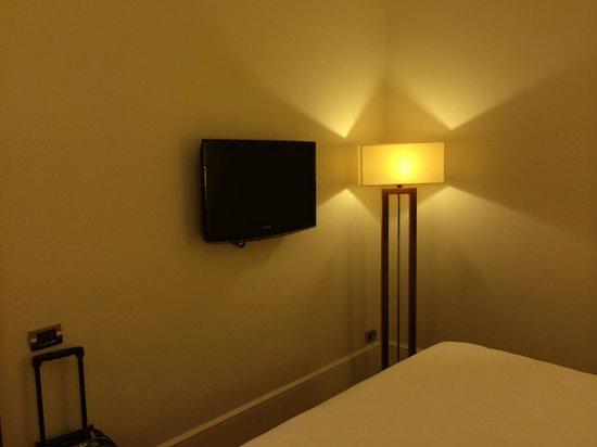 UNA Hotel Roma : tv ai piedi del letto