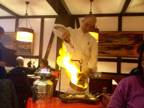 Grizzly : Chef flambés dish at table