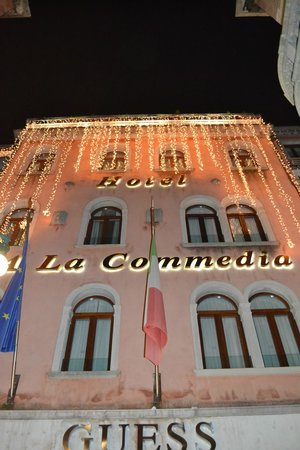 Hotel a La Commedia: Hotel with Christmas lights