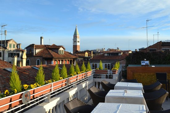 Hotel a La Commedia : View from the rooftop terrace bar - St Mark's campanile