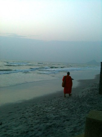 InterContinental Hua Hin Resort : It is good to get up early and go to the beach :-)
