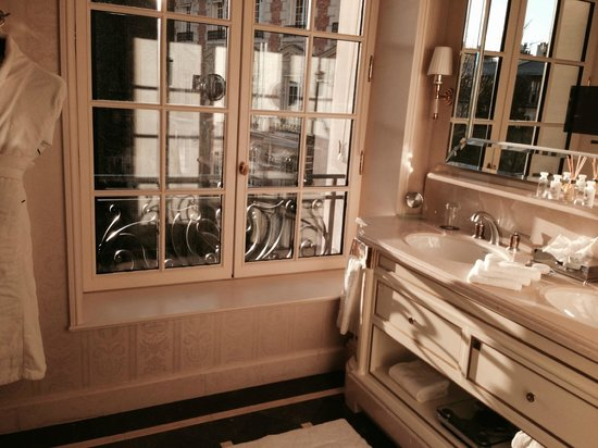Shangri-La Hotel Paris : The marble bathroom was beautiful and the views were stunning