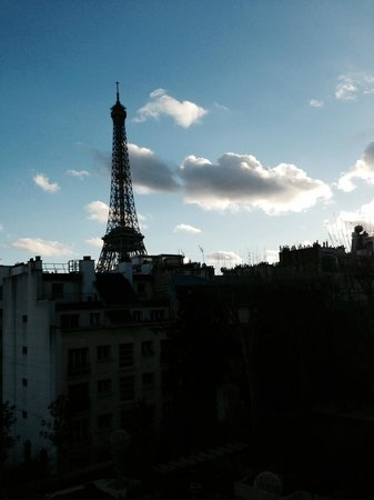 Shangri-La Hotel Paris: View of the Eiffel Tower from our room
