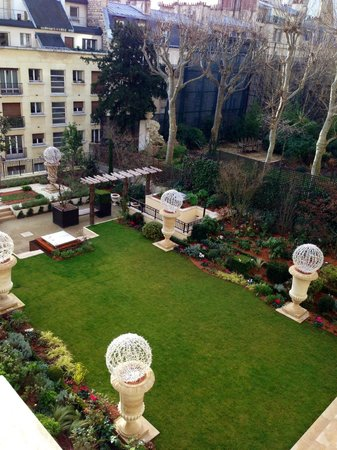 Shangri-La Hotel Paris: View of the hotel's garden from our room