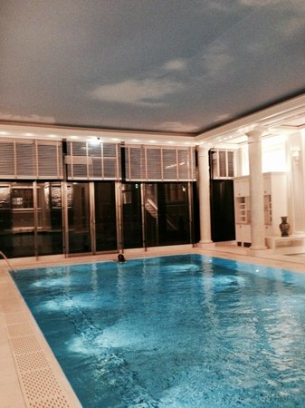 Shangri-La Hotel Paris: The hotel's stunning swimming pool with painted sky on ceiling
