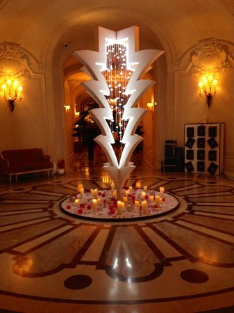 "Shangri-La Hotel Paris : The hotel's ""upside-down"" Christmas tree"