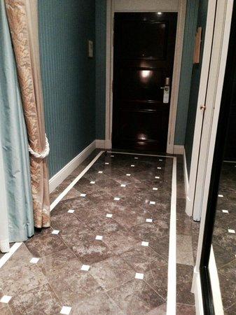 Shangri-La Hotel Paris : The interior hallway in our Superior room