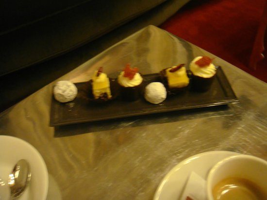 Clarion Hotel Chateau Belmont : petite fours