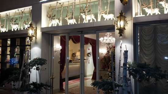 Hotel a La Commedia: hotel entrance decorated for the holidays