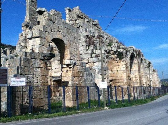 Perge Ancient City : Teatro (en reconstrucción). Las estatuas encontradas en este lugar las puedes visitar en el muse