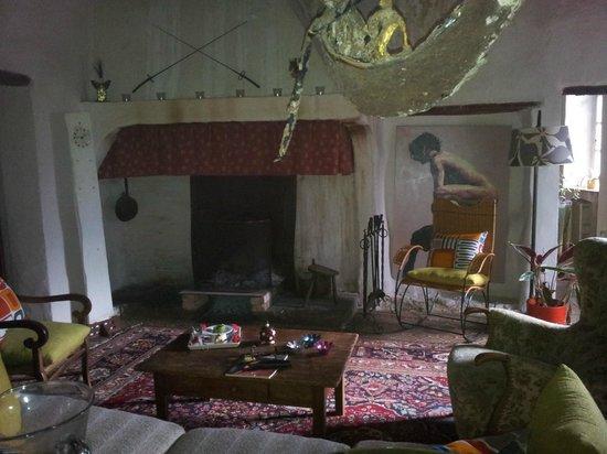 La Vieille Maison: Le salon et sa cheminée