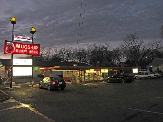 Mugs-Up Root Beer Drive-In: Mugs Up at night
