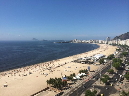 Porto Bay Rio Internacional Hotel : 屋上からコパカバーナ海岸西方面を見る