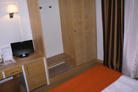 Hotel San Marco & Formula Club : Scrivania, armadio