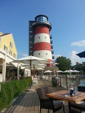 "Hotel ""Bell Rock"" Europa-Park: Terrasse au bord de la fontaine"