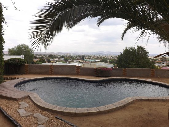 Wadadee House : Pool and view over Windhoek