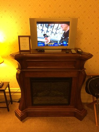 Hennessey House Bed and Breakfast: Glad to have a TV inside this room