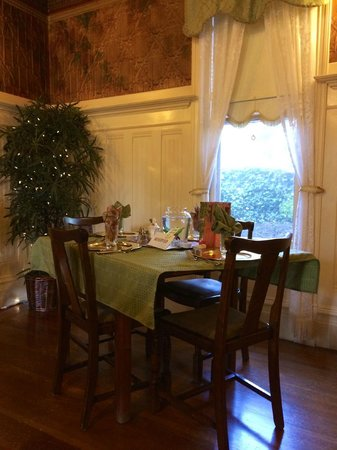 Hennessey House Bed and Breakfast: Dining area on the first floor