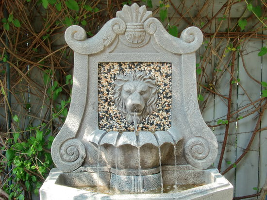 Secret Garden Bed & Breakfast Inn: Courtyard fountain