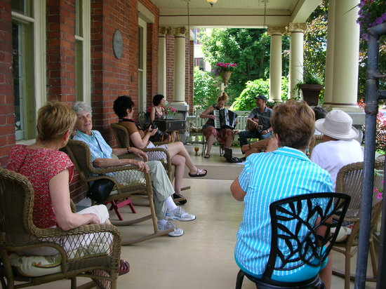 Secret Garden Bed & Breakfast Inn: Porch jazz