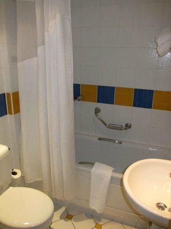 The Airport Inn Manchester: Bathroom