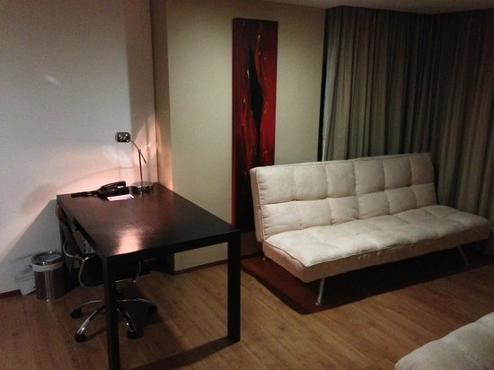 Holiday Inn Express Medellin: nice sized working desk and sofa-bed