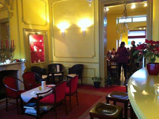 Hans Memling Hotel: Холл, и тут же бар