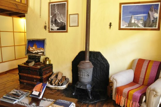 Hosteria El Pilar: reading room - warm fire